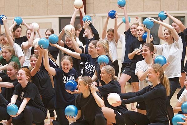 piger med bold til gymnastik